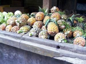 Ananas al mercato di Stone Town, capitale di Zanzibar