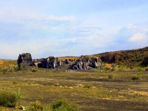 Lanzarote: rocce che spuntano dal suolo.